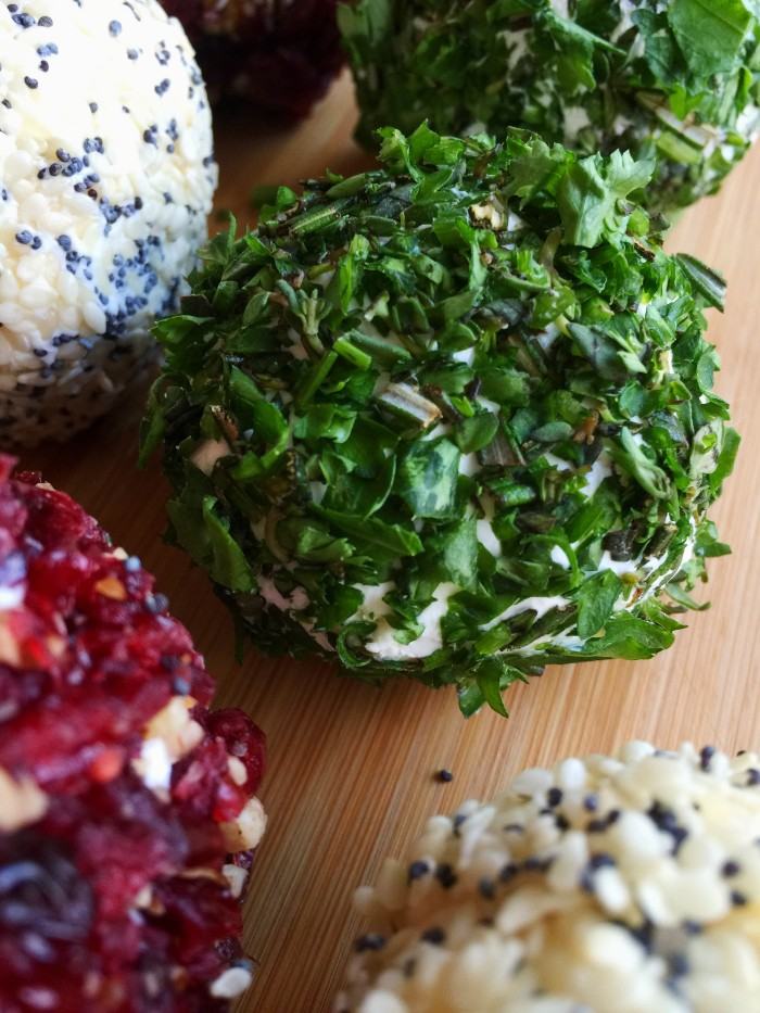 Savor The Holidays With Mini Cheese Balls © www.roastedbeanz.com #CookingUpHolidays #ad #lunchbox